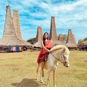 berkuda di kampung adat ratenggaro