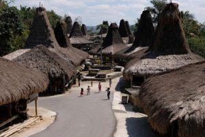 anak bermain di kampung adat prai ijing