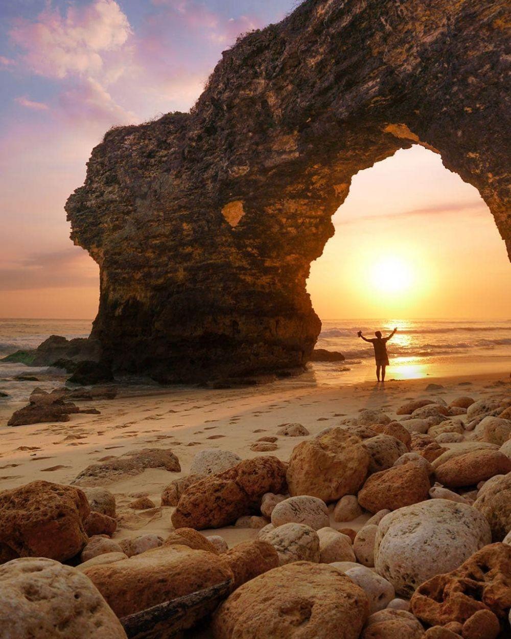 sunset gapura laut pantai mbawana